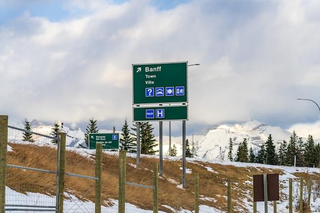 Stadt banff straßenschild transcanada highway ausfahrt banff national park kanadische rockies kanada