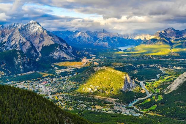 Stadt banff und die kanadischen rocky mountains gesehen vom schwefelberg alberta kanada