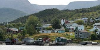 Stadt entlang der Küste, Bonne Bay, Gros Morne Nationalpark, Neufundland und Labrador, Kanada