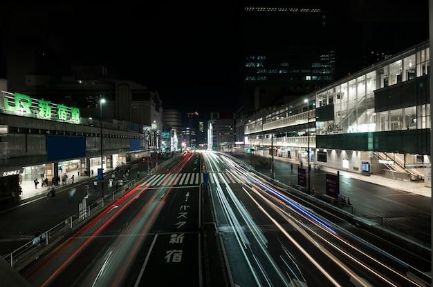 Stadt funkelt nachts auf den straßen