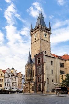 Stadt hall tower mit astronomischer uhr im quadrat der alten stadt von prag, tschechische republik.