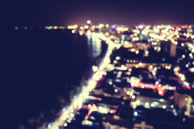 Stadt in der nacht mit strand