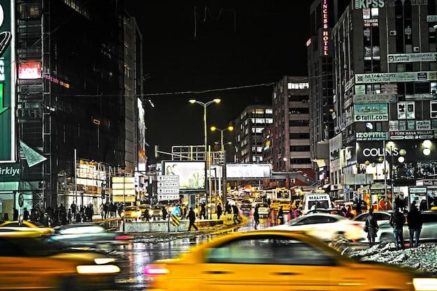 Stadt in der nacht mit taxis aus dem fokus