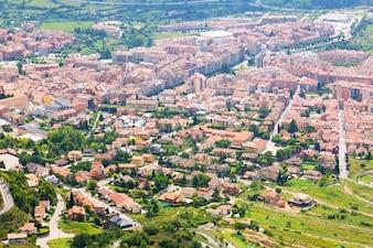 Stadt in Pyrenäen vom Berg. Berga