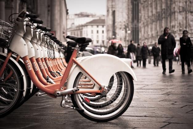 Stadt mailand mit citybike in grauton