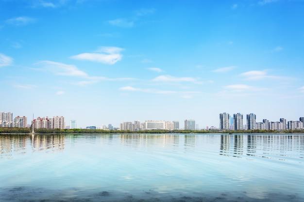Stadt spiegelt sich in einem see