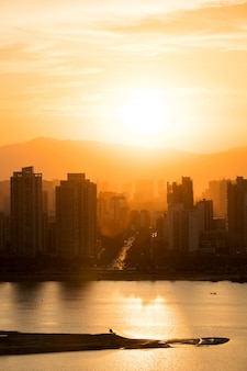 Stadt während des warmen sonnenuntergangs