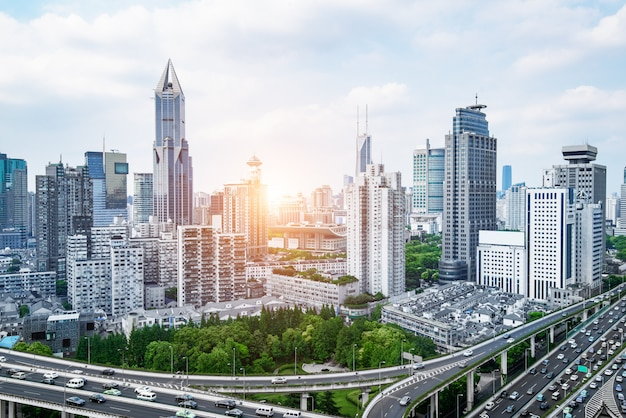 Stadtautobahnüberführung panoramisch mit shanghai-skylinen, moderner verkehrshintergrund