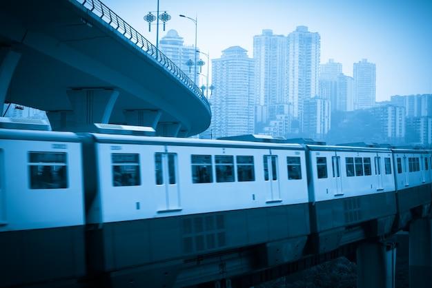 Stadtbahn fährt mit hoher geschwindigkeit auf brücken in chongqing, china
