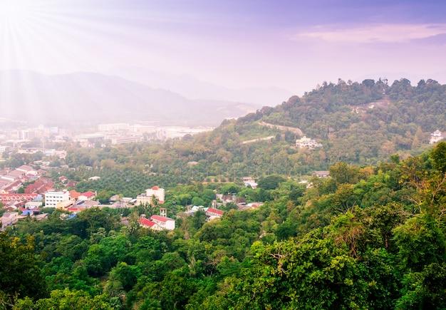 Stadtbild auf berglandschaftsnatur mit sonnenstrahl und nebel