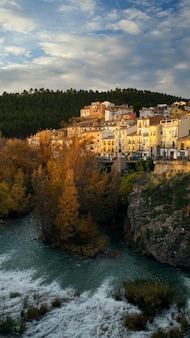 Stadtbild der historischen stadt cuenca, brücke, fluss, spanien