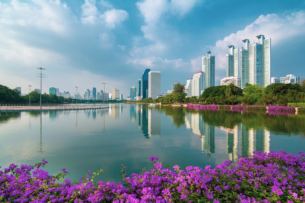 Stadtbild der modernen geschäftsgebäude in bangkok, genommen am benjakitti park am morgen (bangkok, thailand)