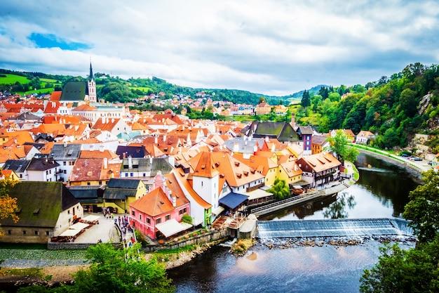 Stadtbild des berühmten tschechischen krumlov am nachmittag