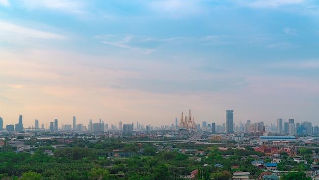 Stadtbild des modernen gebäudes mit autobahn und gemeinschaft in bangkok. autofahren auf erhöhter brücke. wolkenkratzer-gebäude. grüne bäume in der stadt. sauerstoff für das urbane leben. umweltfreundliche stadt. städtische skyline.