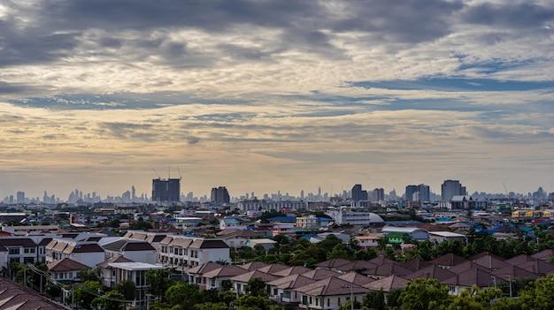 Stadtbild des schönen städtischen und bewölkten himmels am abend