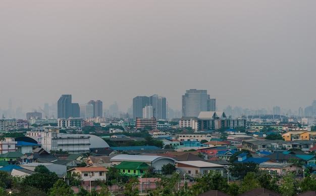Stadtbild des smogs oder der luftverschmutzung über einer stadt in thailand