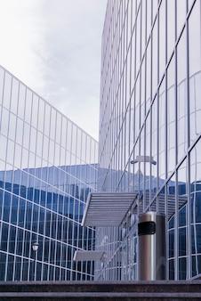 Stadtbild im high-tech-stil, fragment von glas- und metallfassaden
