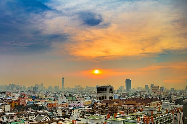 Stadtbild im stadtzentrum von bangkok von der hohen ansicht oder von der vogelperspektive.