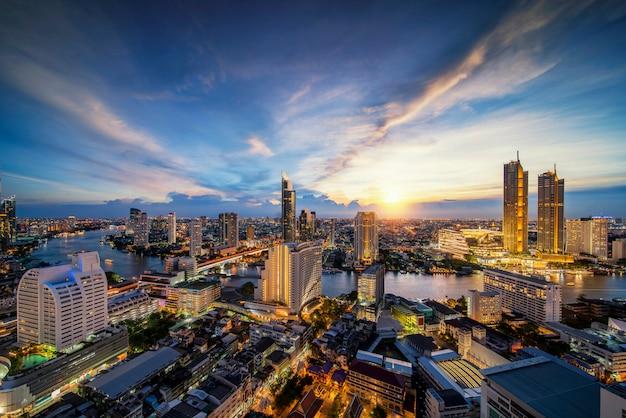 Stadtbild in der stadt bangkok von der bar auf dem dach im hotel mit dem fluss chao phraya
