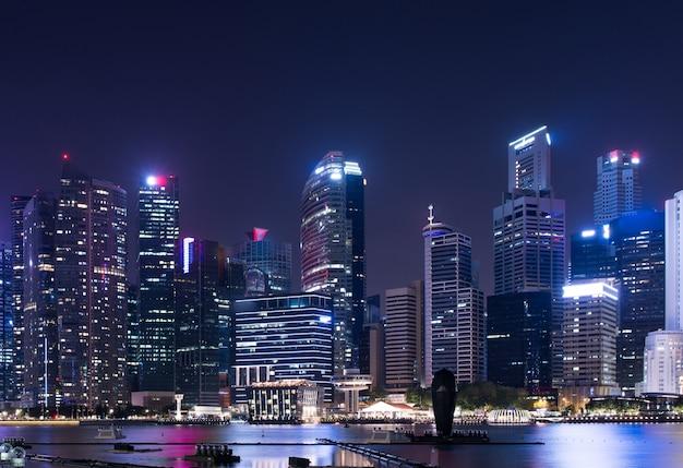 Stadtbild innenstadt. städtische skyline der nachtstadt singapur.