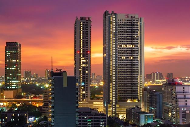 Stadtbild-lichter und purpurrote zeit des blauen himmels hintergrund in der dämmerung