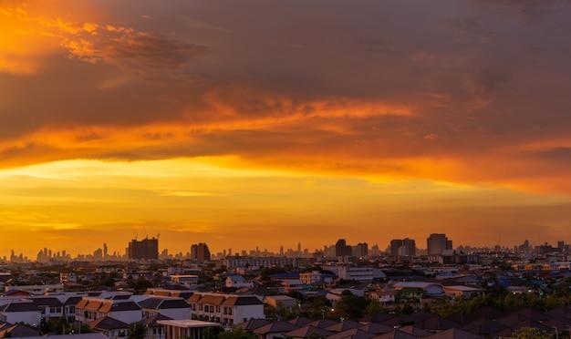 Stadtbild mit schönem himmel zur abendzeit in thailand