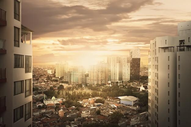 Stadtbild mit wolkenkratzer bei sonnenuntergang
