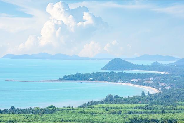 Stadtbild saphli und brücke entlang saphli beach und berg bei khao dinsao viewpoint in chumphon, thailand.