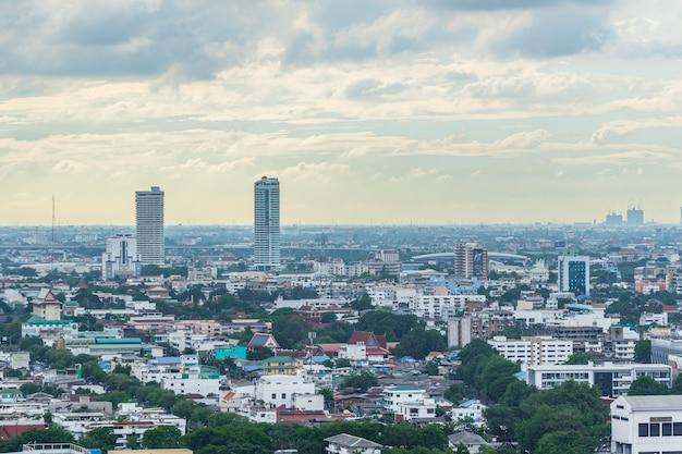 Stadtbild und gebäude der stadt in der tageszeit vom wolkenkratzer von bangkok