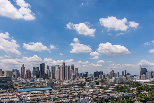 Stadtbild und gebäude der stadt in der tageszeit vom wolkenkratzer