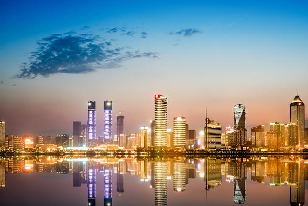 Stadtbild und skyline des im stadtzentrum gelegenen nahen wassers von chongqing nachts