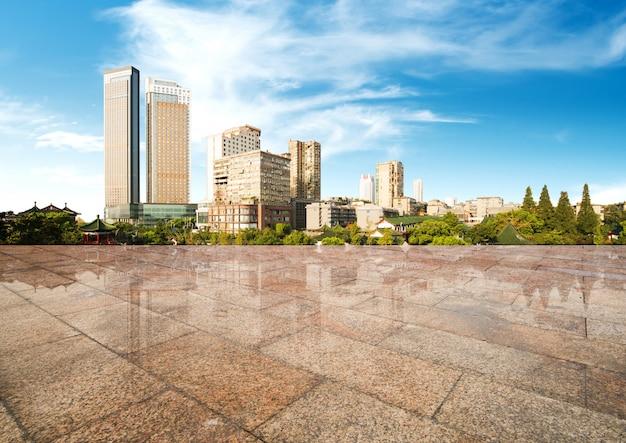 Stadtbild und skyline neuer stadt hangzhous im wolkenhimmel auf ansicht vom marmorboden