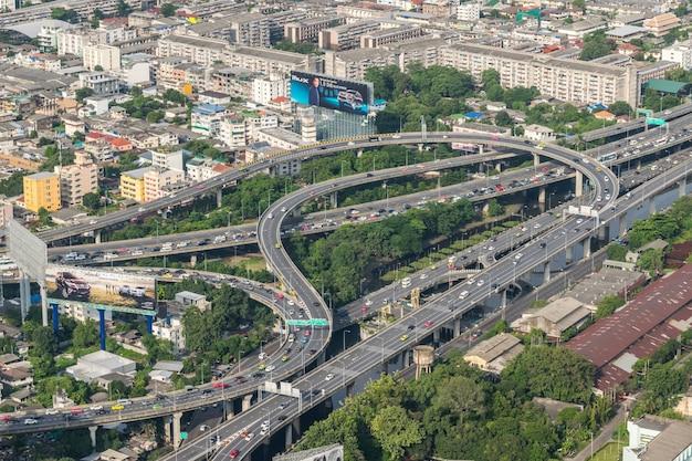 Stadtbild und transport mit schnellstraße und verkehr