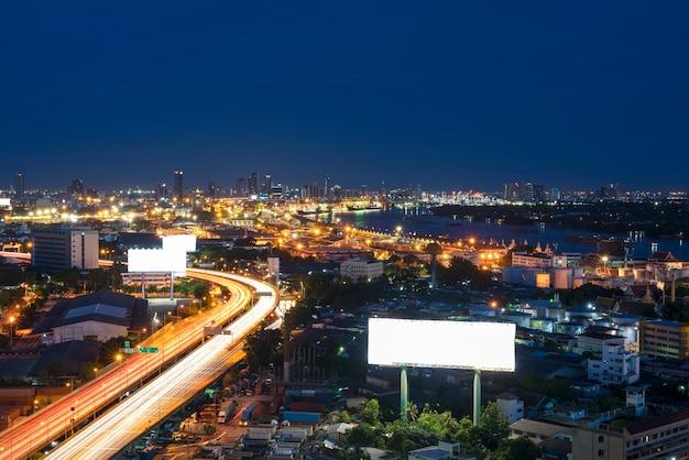 Stadtbild von bangkok mit blick auf den chao phraya river und die schnellstraße bei nacht
