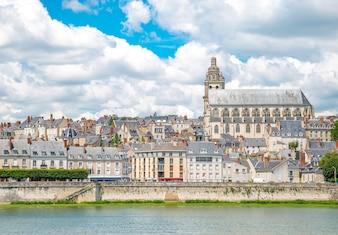 Stadtbild von Blois mit Kathedrale über der Loire Frankreich
