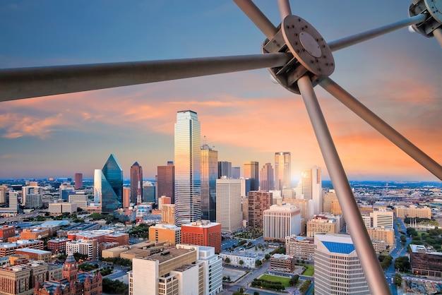 Stadtbild von dallas, texas mit blauem himmel bei sonnenuntergang, texas