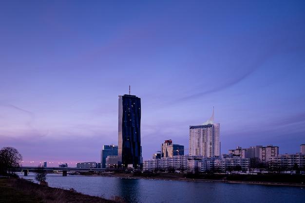 Stadtbild von donau city wien in österreich mit dem dc tower gegen einen lila himmel