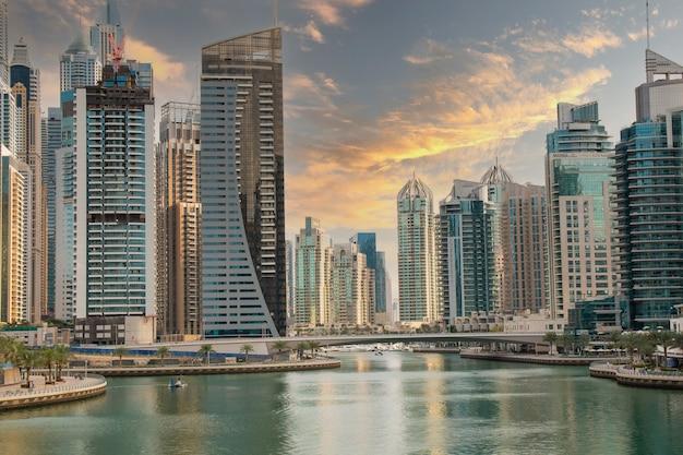 Stadtbild von dubai in der bucht von dubai marina