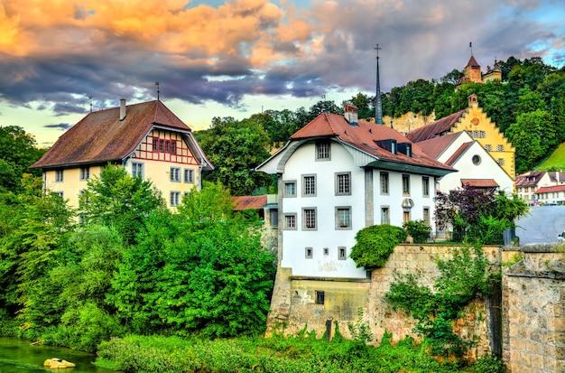 Stadtbild von freiburg in der schweiz bei sonnenuntergang