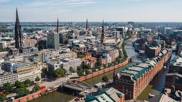 Stadtbild von hamburg an einem sonnigen tag. luftaufnahme