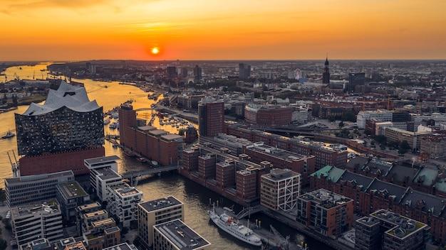 Stadtbild von hamburg vor sonnenuntergang. luftaufnahme