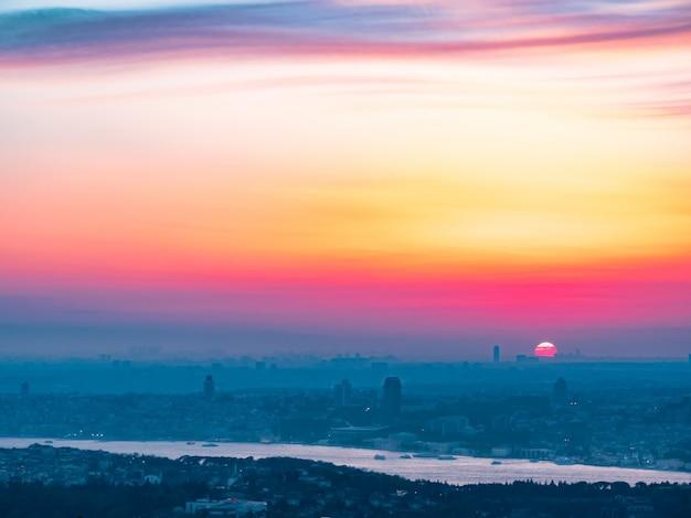 Stadtbild von istanbul bei sonnenuntergang