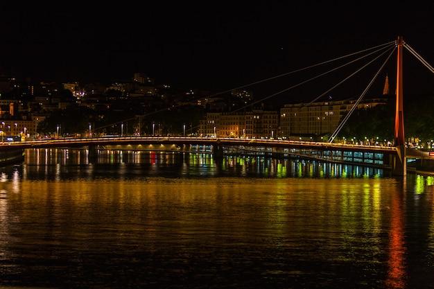Stadtbild von lyon, frankreich mit reflexionen im wasser bei nacht