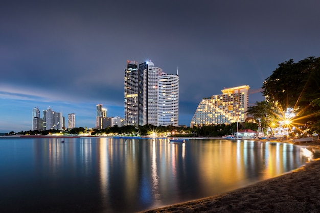 Stadtbild von nachtskylinen in pattaya-stadt und von einem des berühmten marksteins in thailand.