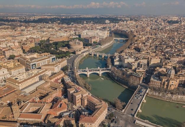 Stadtbild von rom, luftbild. schloss saint angelo, brücken und tiber