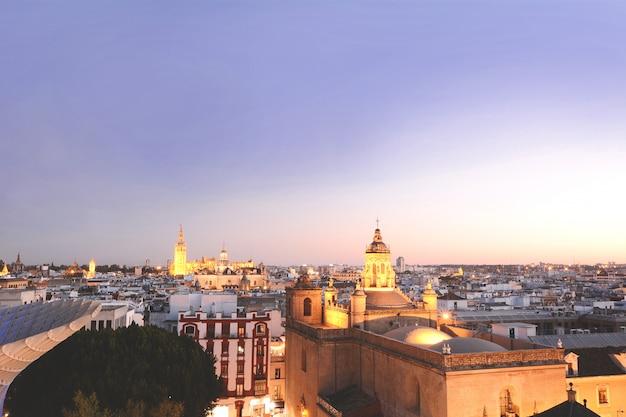 Stadtbild von sevilla bei sonnenuntergang.