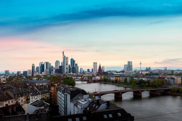 Stadtbild von skyline frankfurts am main während des schönen sonnenuntergangs in frankfurt, deutschland