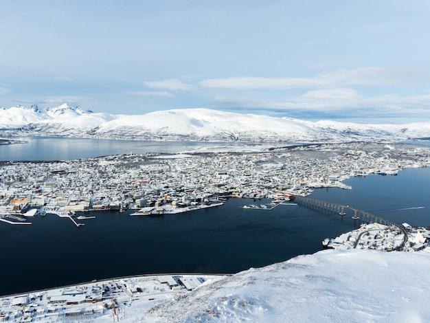 Stadtbild von tromsø von der spitze des hügels