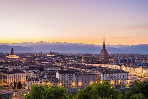 Stadtbild von turin (turin, italien) an der dämmerung mit buntem himmel