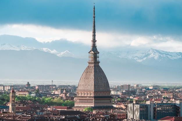 Stadtbild von turin (turin, italien) bei sonnenuntergang mit sturmwolken